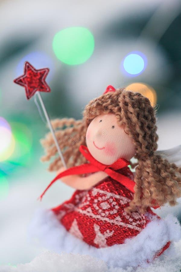 在一个冷杉木分支的天使在积雪的木头 圣诞节装饰装饰新家庭想法 免版税库存照片
