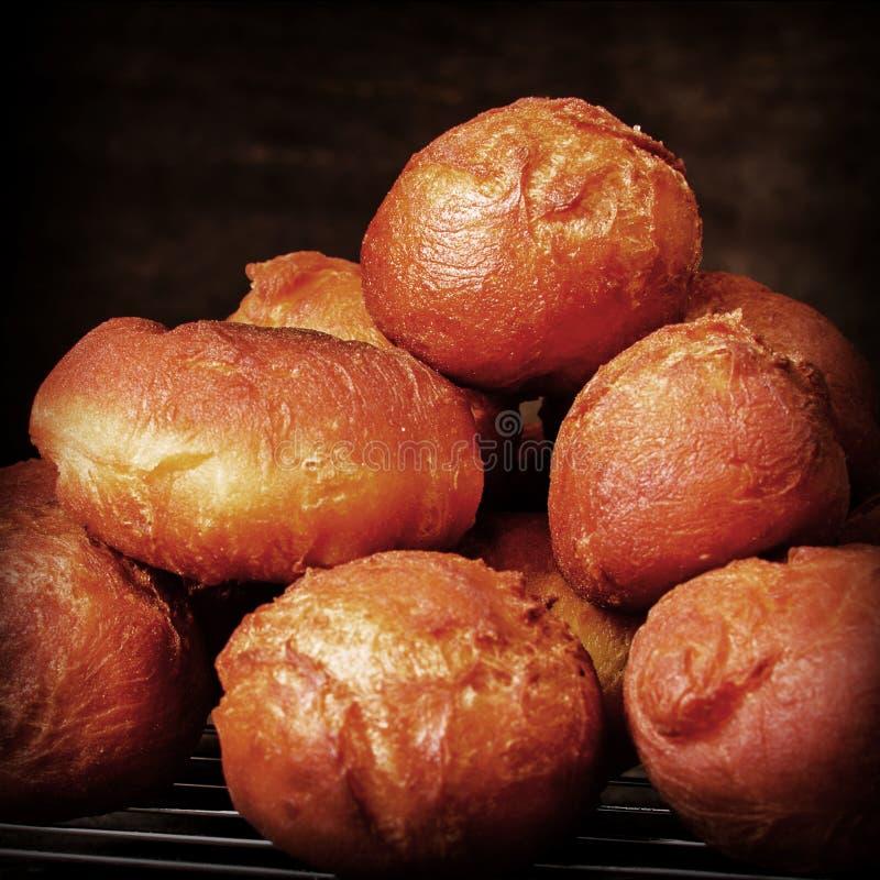 在一个冷却的机架的新近地煮熟的在家做的多福饼 免版税库存照片