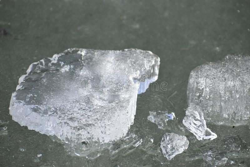 在一个冻湖的闪烁的冰大块 库存照片