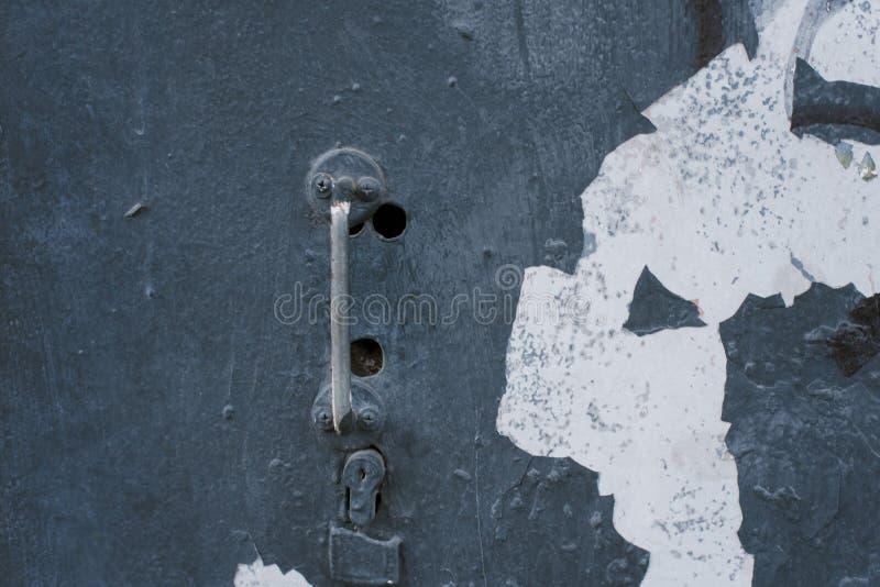 在一个减速火箭的门的老生锈的亭亭玉立的把柄 免版税库存图片