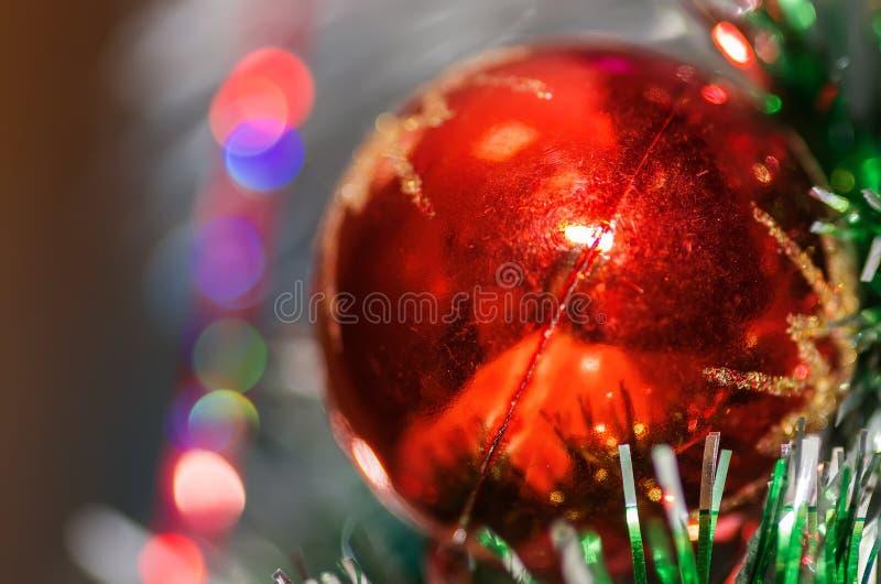 在一个分支的圣诞节球有背景! 免版税库存图片