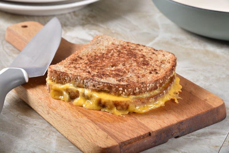 在一个切板的烤乳酪三明治 库存图片