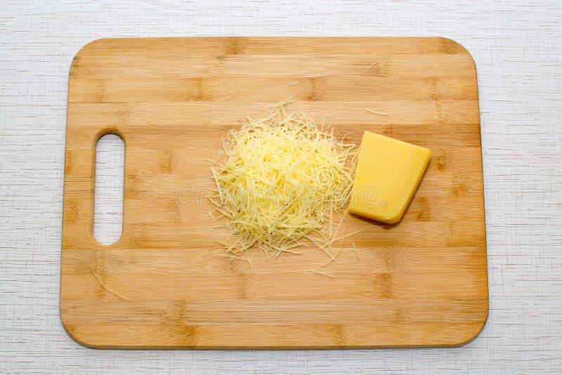 在一个切板的被磨碎的帕尔马干酪 顶视图 免版税库存图片