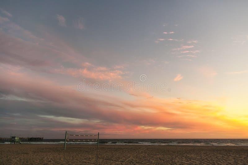 在一个加利福尼亚海滩的美好的日落 免版税库存照片