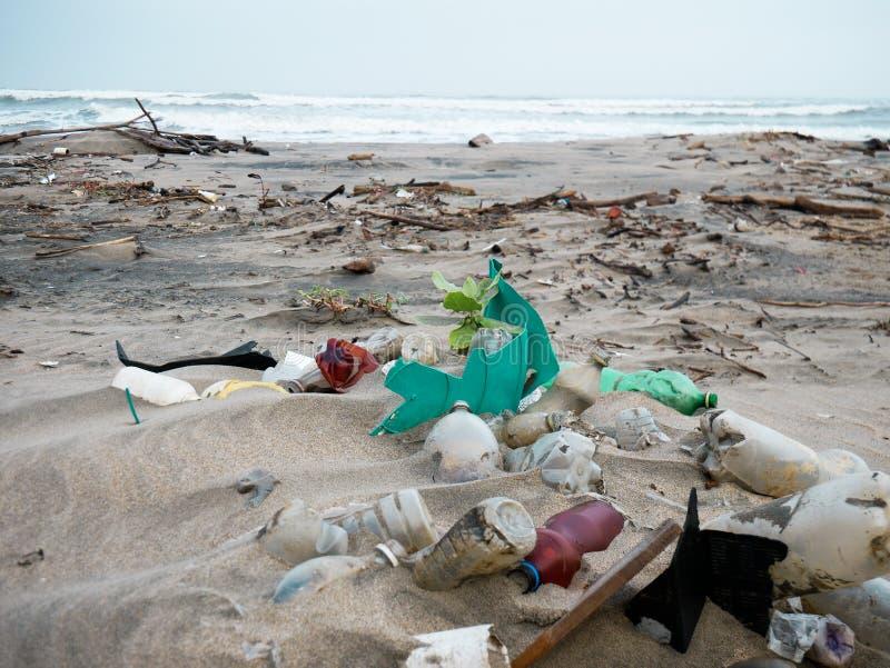 在一个加勒比海滩倾销的一个小组塑胶容器在卡塔赫钠哥伦比亚污秽附近 库存照片
