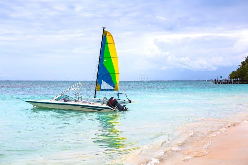 在一个加勒比海滩的一点帆船 库存图片