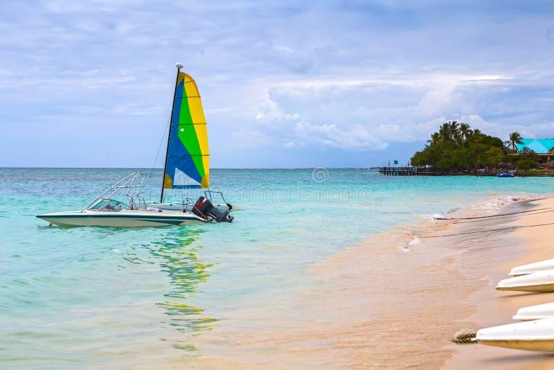 在一个加勒比海滩的一点帆船 免版税图库摄影