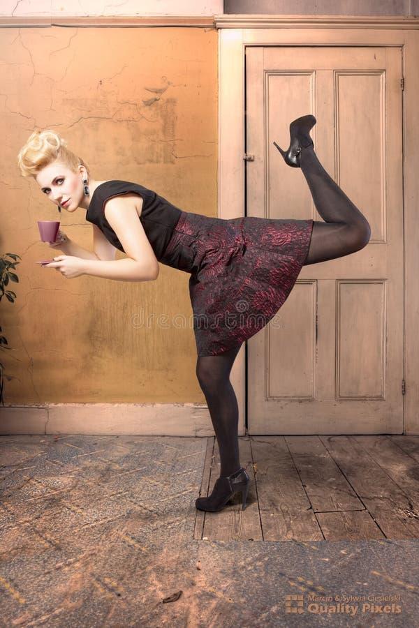 在一个动态姿势的时装模特儿 免版税库存照片