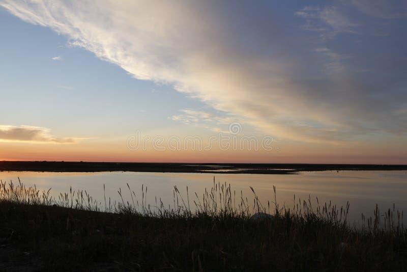 在一个北极风景的美好的日落与在天空的云彩 免版税库存图片