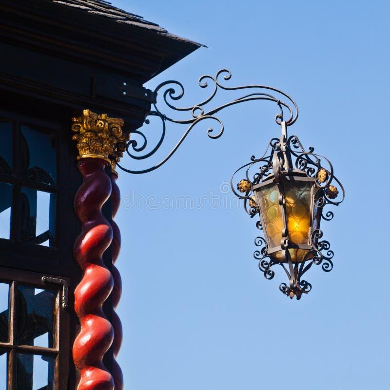 在一个历史大厦的古色古香的灯 免版税库存照片