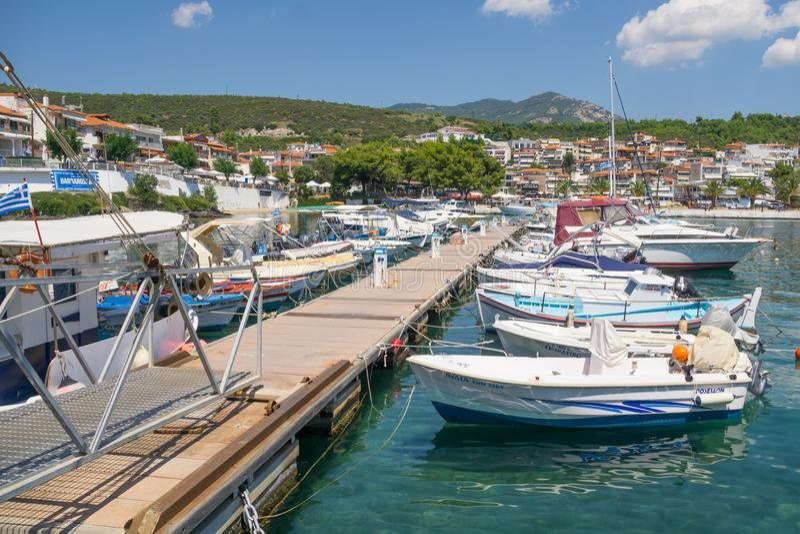 在一个口岸停住的很多小船在镇里 免版税库存照片