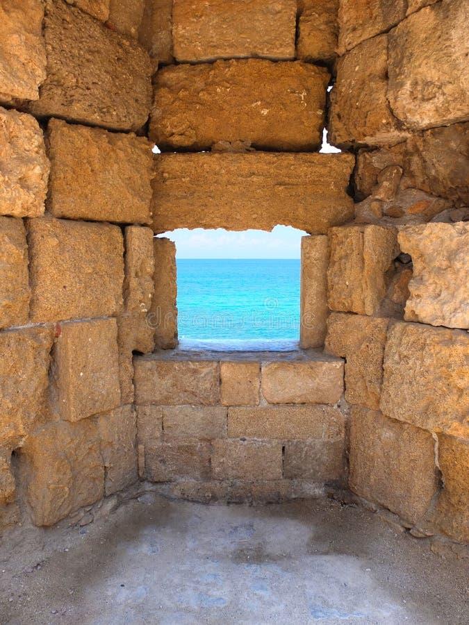 在一个古老堡垒的墙壁的窗口开头在罗得岛海岛上的  免版税图库摄影