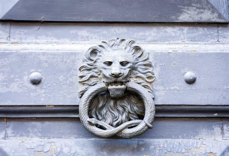 在一个古老大厦的门的外部葡萄酒通道门环金属圈子在卡塔尼亚,西西里岛,意大利 免版税库存照片