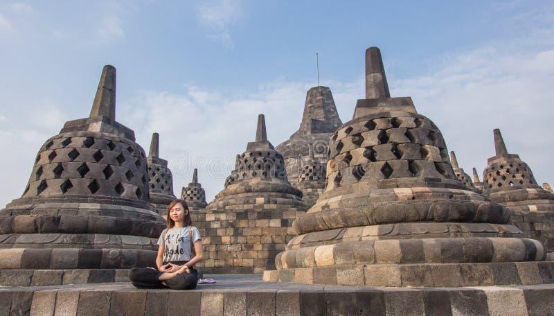 在一个古老婆罗浮屠寺庙的瑜伽在日出 库存照片