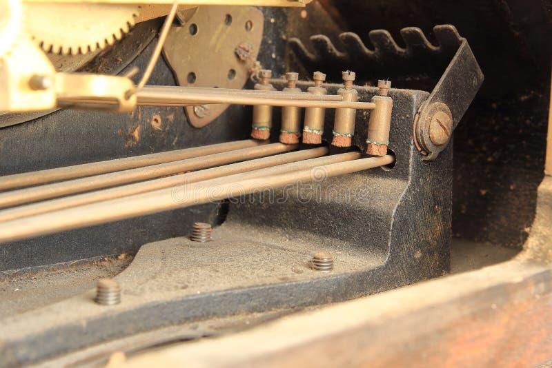 在一个古色古香的时钟的黄铜编钟锤子 免版税库存照片