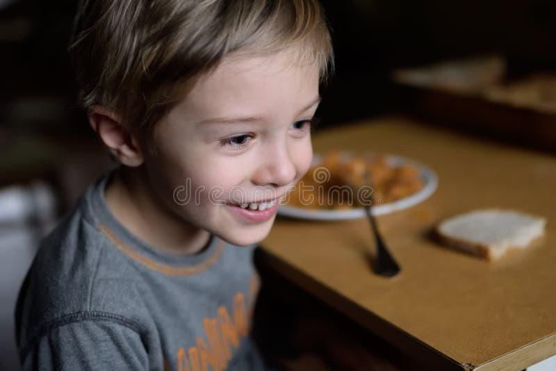 在一个可怜的家庭的晚餐 一个可怜的孩子的食物 免版税库存图片