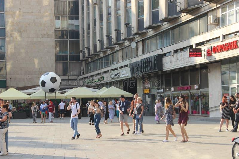 在一个咖啡馆的屋顶的足球在地铁车站Pushkinskaya附近的 在世界杯期间的城市装饰 库存图片