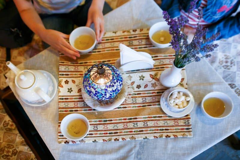 在一个咖啡馆的茶在克里米亚 免版税库存照片