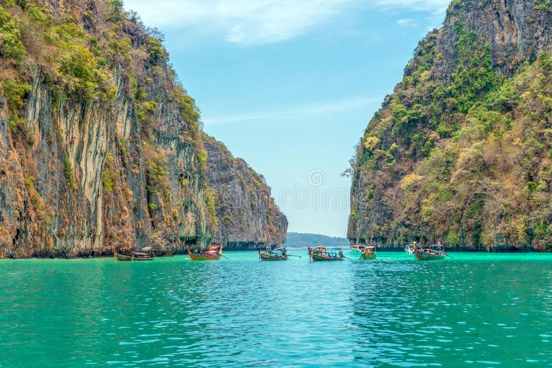 在一个图片完善的热带海湾的传统木小船在酸值披披岛,泰国,亚洲 免版税库存照片