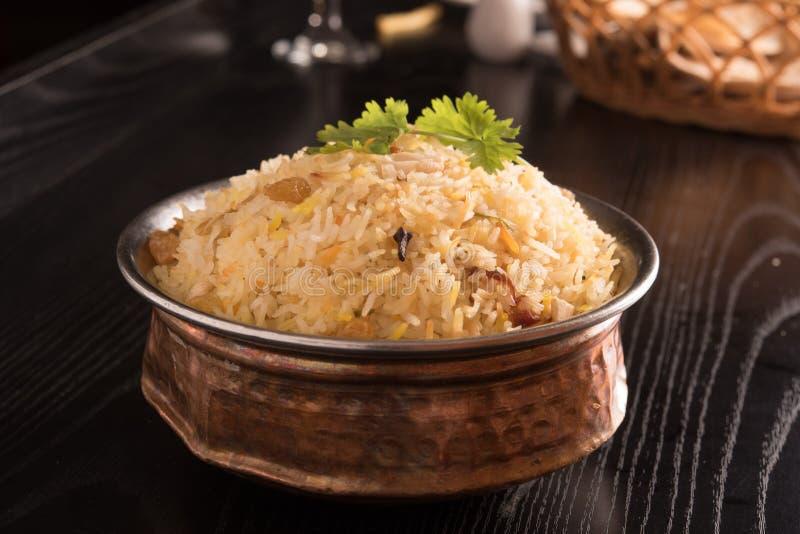 在一个圆的黄铜碗的美味的可口biryani 库存照片