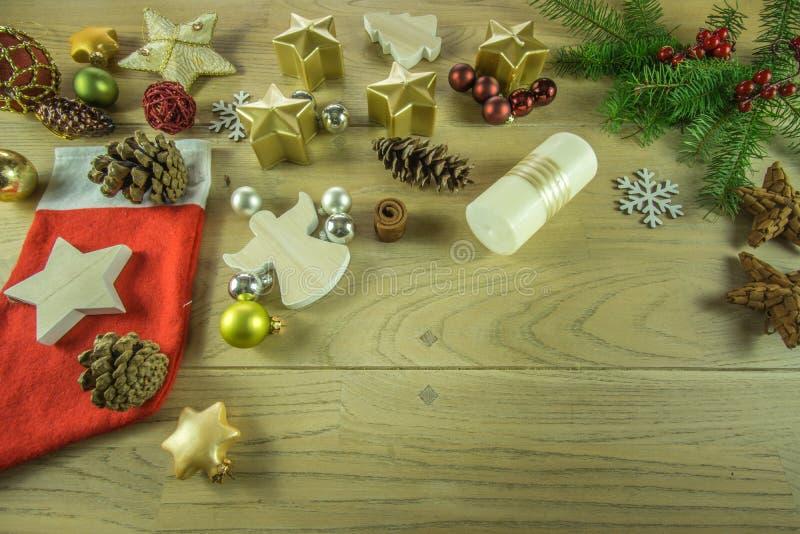 在一个土气木板的圣诞节装饰 免版税图库摄影