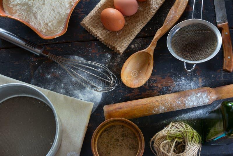 在一个土气样式的厨房用桌 烘烤的面粉的产品,鸡蛋 库存图片