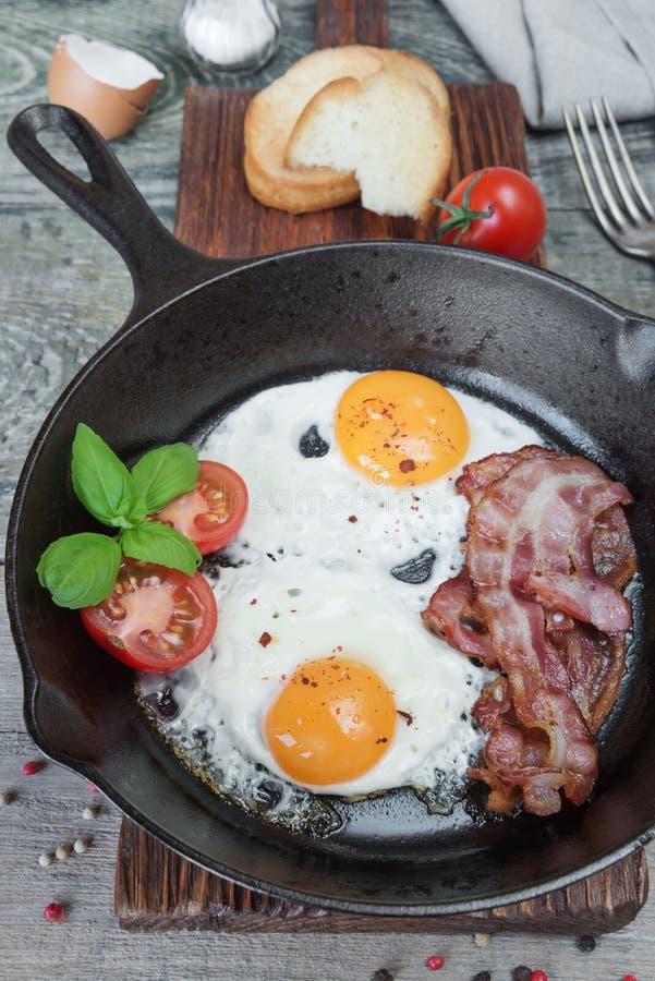 Download 在一个土气样式的早餐 库存图片. 图片 包括有 烹调, 投反对票, 咖啡馆, 食物, 鸡蛋, 红色, 长柄浅锅 - 62535885