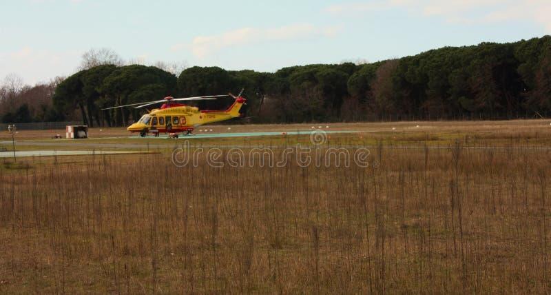 在一个地方机场停放的黄色抢救直升机 库存图片