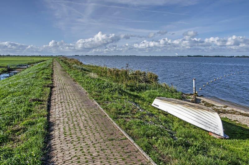 在一个堤坝的砖路在马尔肯海岛上  免版税库存照片