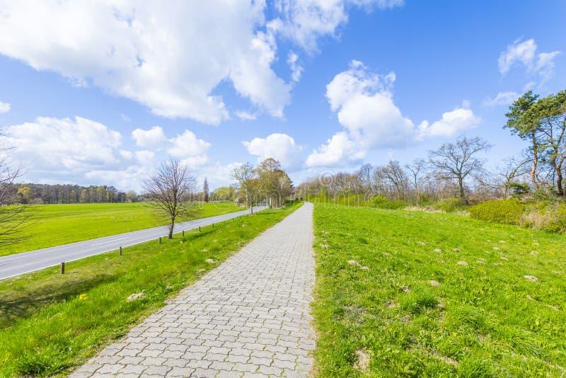 在一个堤坝的边路在波罗的海 免版税图库摄影