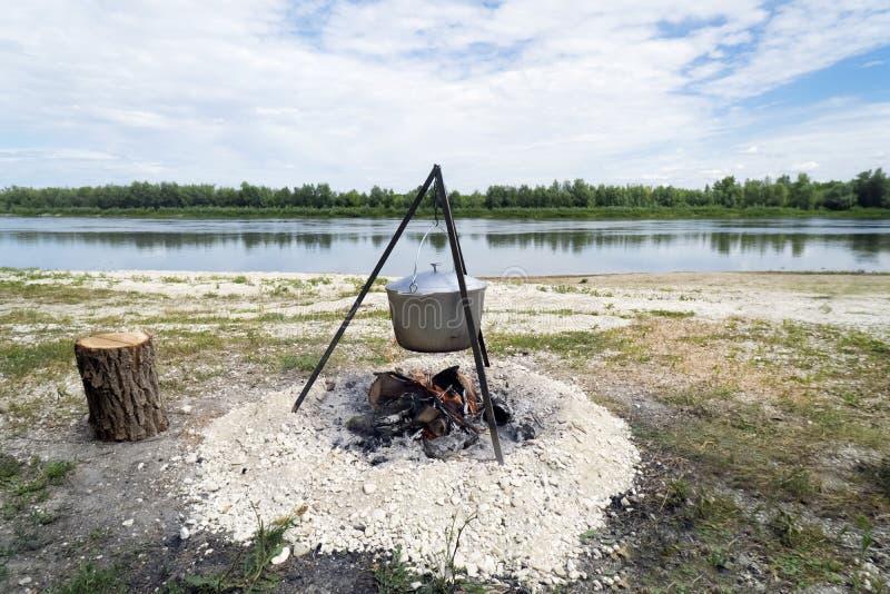 在一个壁炉的大锅在河附近 库存照片