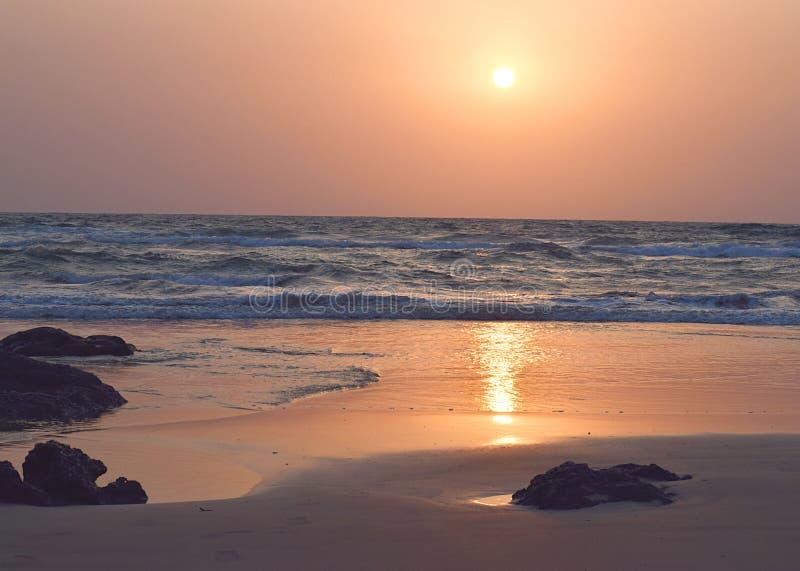 在一个多岩石的海滩的金黄日落,拉特纳吉里,马哈拉施特拉 库存图片