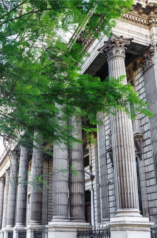 在一个大厦的哥林斯人专栏在哈瓦那古巴 免版税库存图片