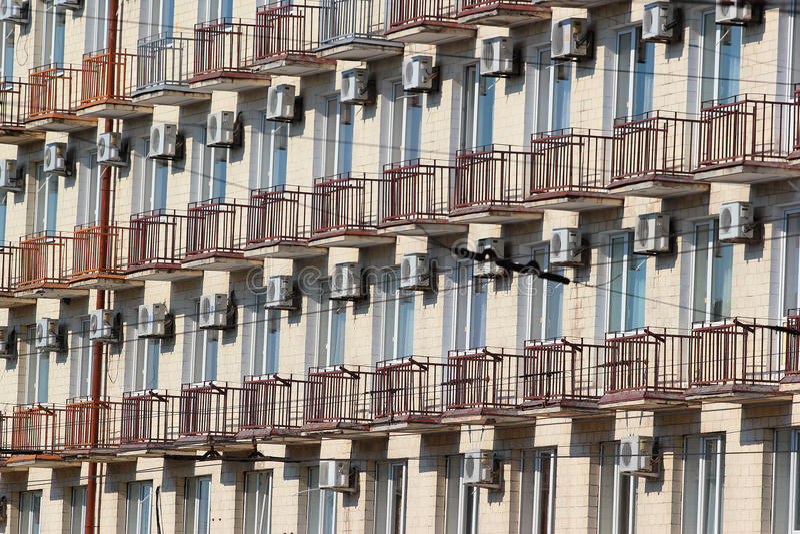 在一个大厦的门面的许多空调器在波尔塔瓦, Ukrain 免版税库存图片