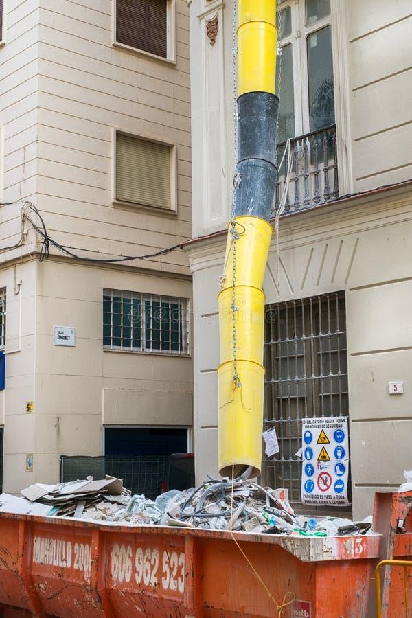 在一个大厦附近的被装载的大型垃圾桶在整修 免版税图库摄影