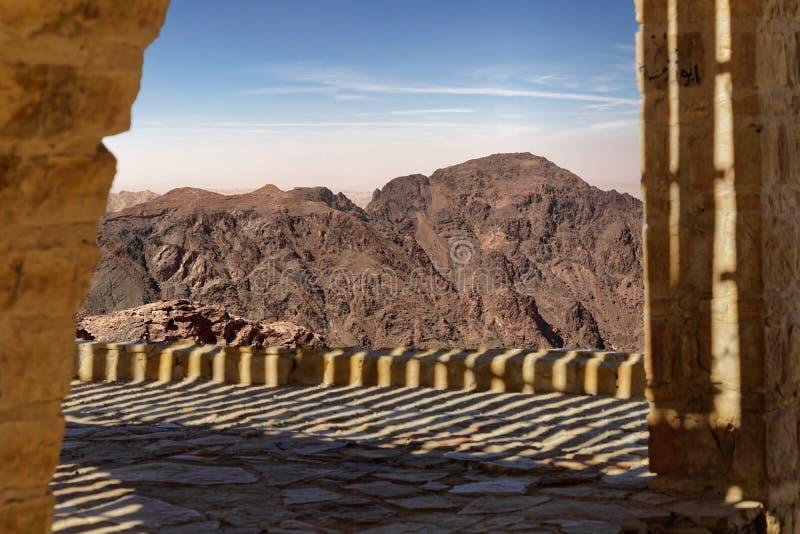 在一个大阳台的看法对贫瘠山风景在南约旦 图库摄影