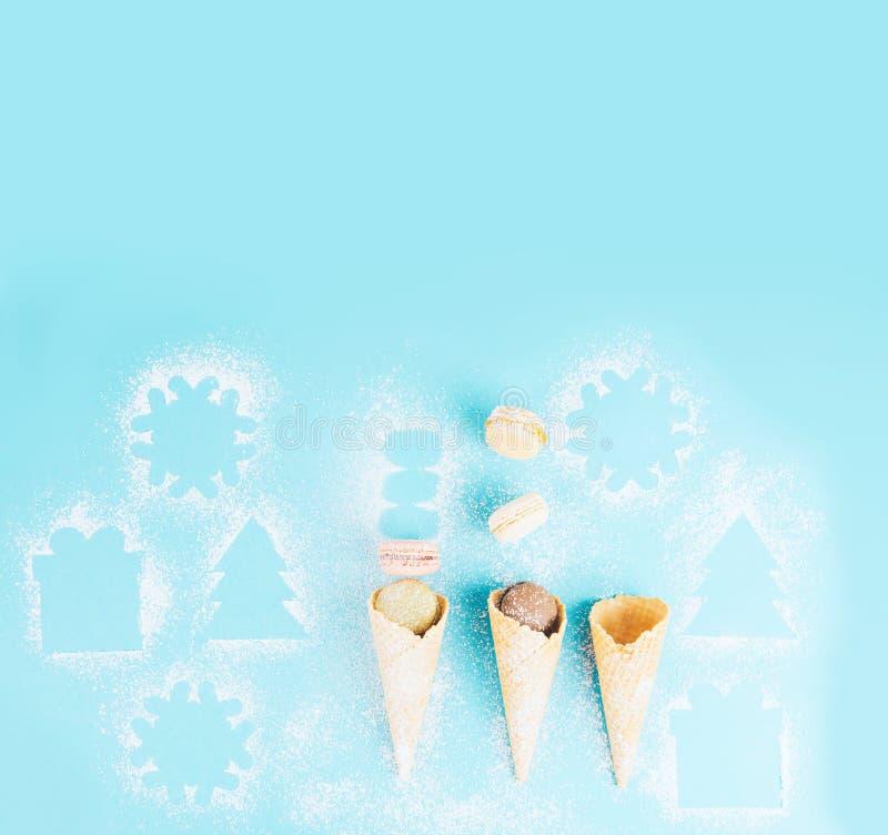 在一个奶蛋烘饼锥体的法国曲奇饼蛋白杏仁饼干用搽粉的糖 库存照片