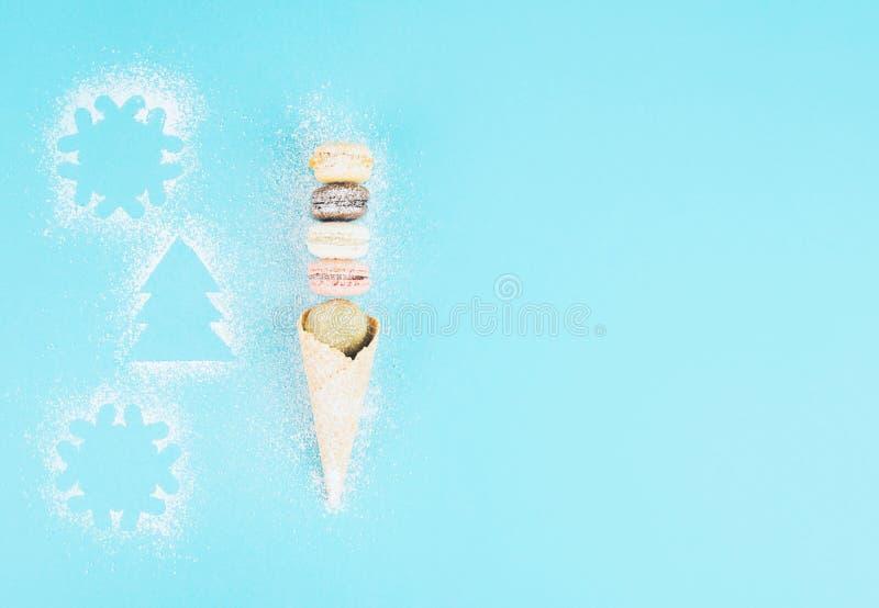 在一个奶蛋烘饼锥体的法国曲奇饼蛋白杏仁饼干用搽粉的糖 库存图片