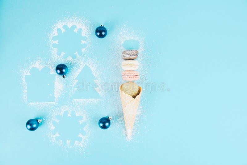 在一个奶蛋烘饼锥体的法国曲奇饼蛋白杏仁饼干用搽粉的糖 免版税库存照片