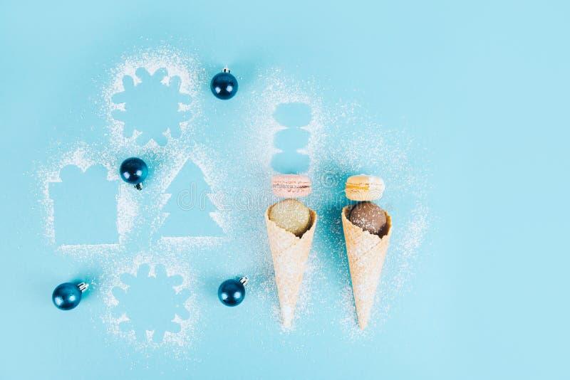在一个奶蛋烘饼锥体的法国曲奇饼蛋白杏仁饼干用搽粉的糖 免版税库存图片