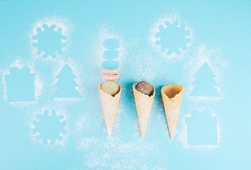 在一个奶蛋烘饼锥体的法国曲奇饼蛋白杏仁饼干用搽粉的糖 图库摄影