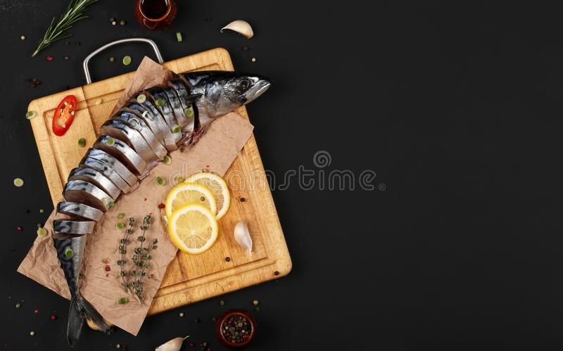 在一个委员会的鲭鱼有拷贝空间的 库存图片