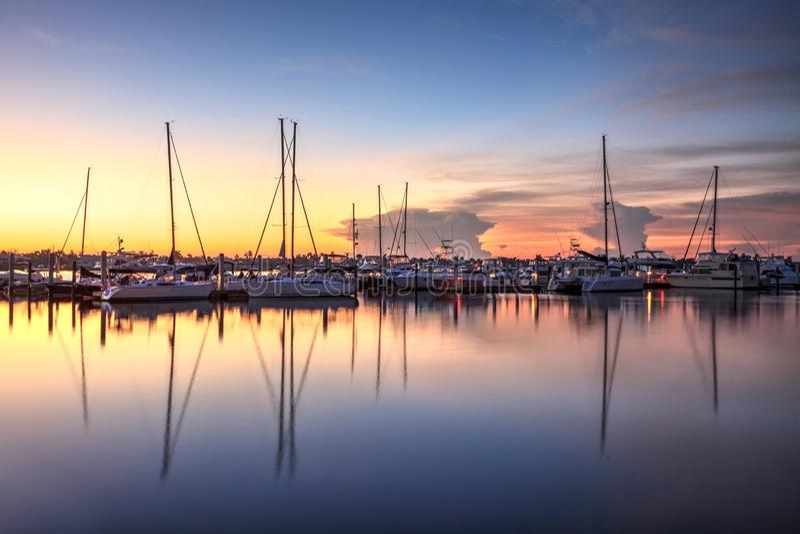 在一个安静的港口的日出在老那不勒斯,佛罗里达 免版税库存图片
