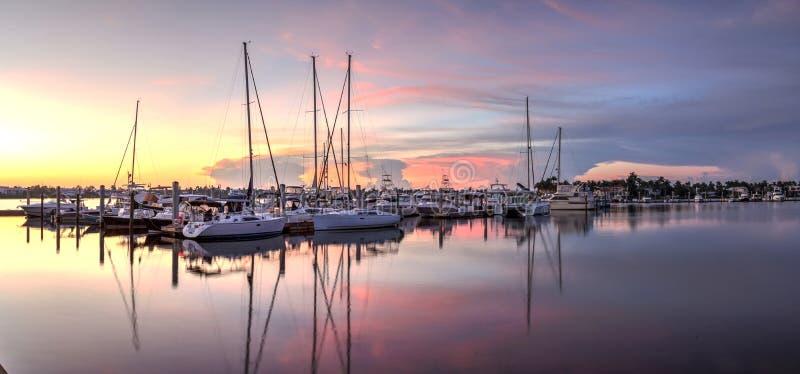 在一个安静的港口的日出在老那不勒斯,佛罗里达 免版税库存照片