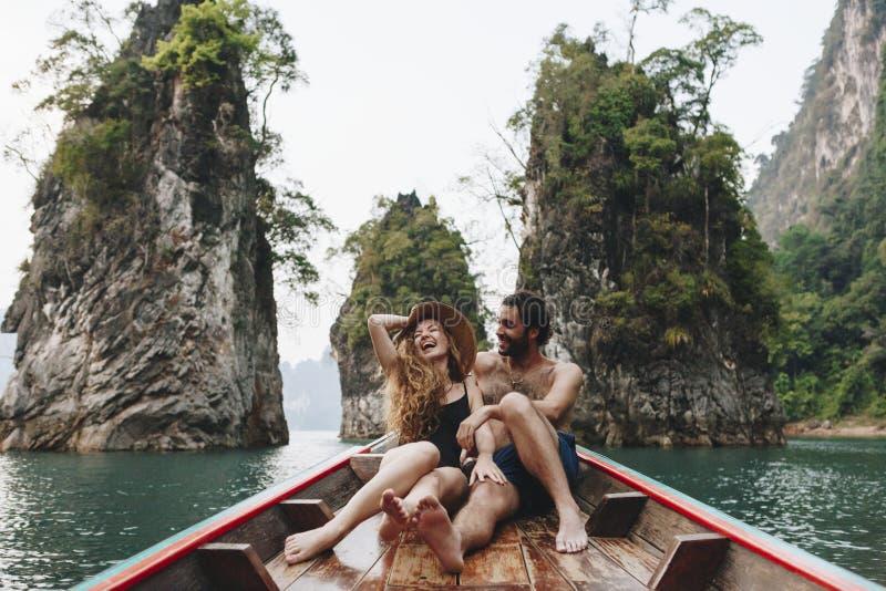 在一个安静的湖的夫妇划船 库存图片