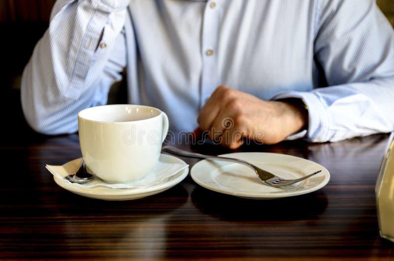 在一个宜人的茶会以后的年轻人基于和谈话在咖啡馆的电话 工作午餐,业务会议 库存照片