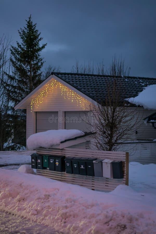 在一个家前面的信箱在冬天 图库摄影