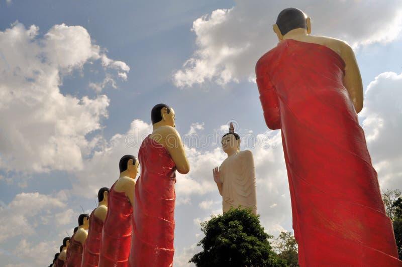 在一个寺庙的佛教门徒雕象在斯里兰卡 图库摄影