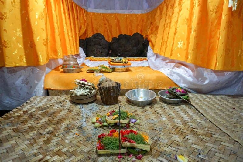 在一个寺庙的印度奉献物在巴厘岛,印度尼西亚 精心制作的手工制造奉献物给寺庙被带来 库存图片
