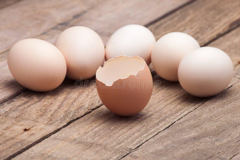 在一个小小组上把放的鸡蛋图片